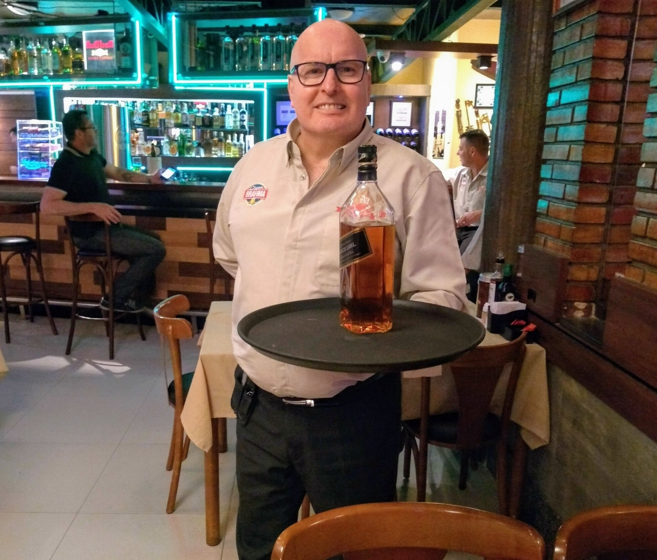 No dia 22 de outubro, Dinarte Valentini atenderá pela última vez no Bar do Beto, onde começou a trabalhar em 1992. A biografia será lançada em dezembro (Foto/Rua da Margem)