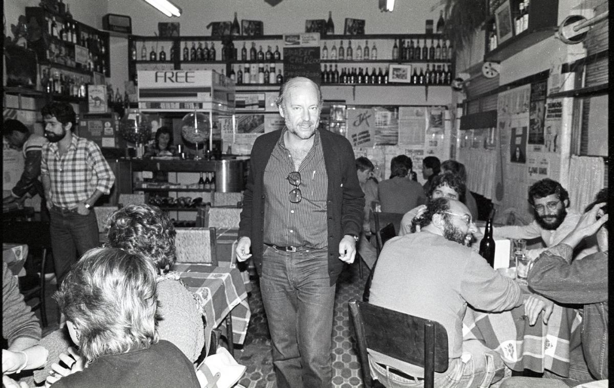 Eduardo Galeano numa noite agitada no antigo Bar do Beto. Na mesa da dir., os jornalistas Valério Campos, Luiz Reni Marques e Gerson Schirmer (Foto/Luiz Eduardo Robinson Achutti)