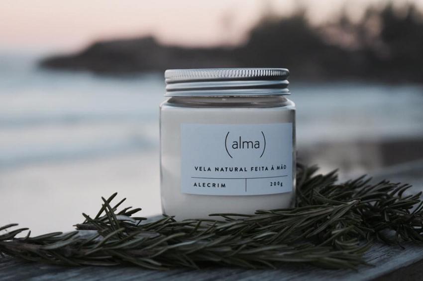Velas produzidas com cera de soja, óleo de coco e essências naturais: para momentos de conexão e celebração