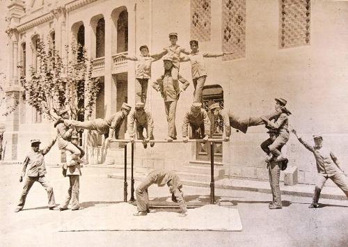Acrobacias em aula de educação física em 1909 (Imagem: Escola de Engenharia)