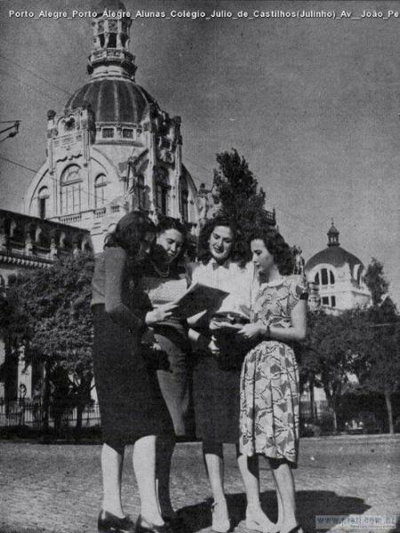 Alunas diante da antiga sede nos anos 1940 (Imagem do Facebook da escola)