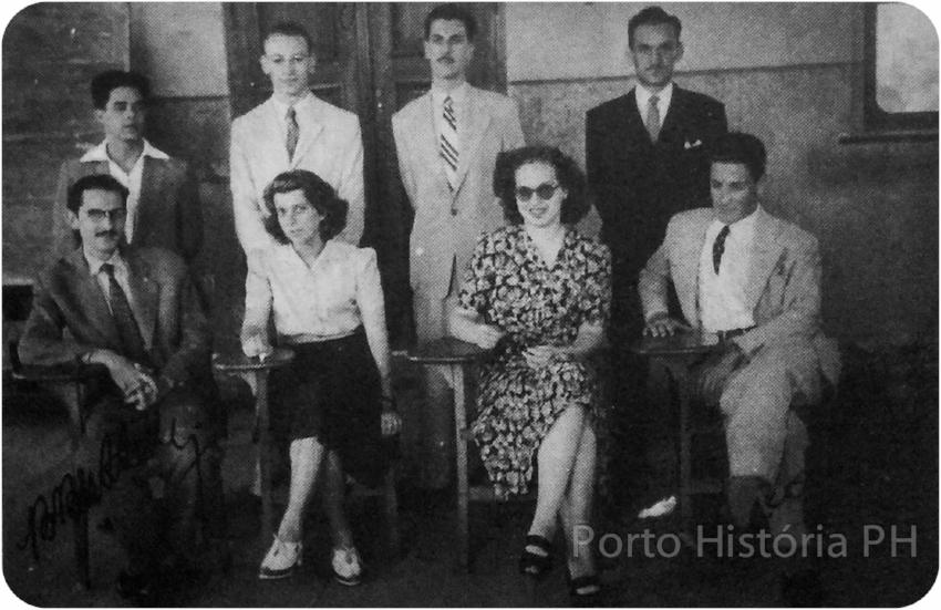 Primeira diretoria do grêmio estudantil em novembro de 1943. O vice-presidente Leonel Brizola é o último sentado à dir. (Acervo Porto História PH)