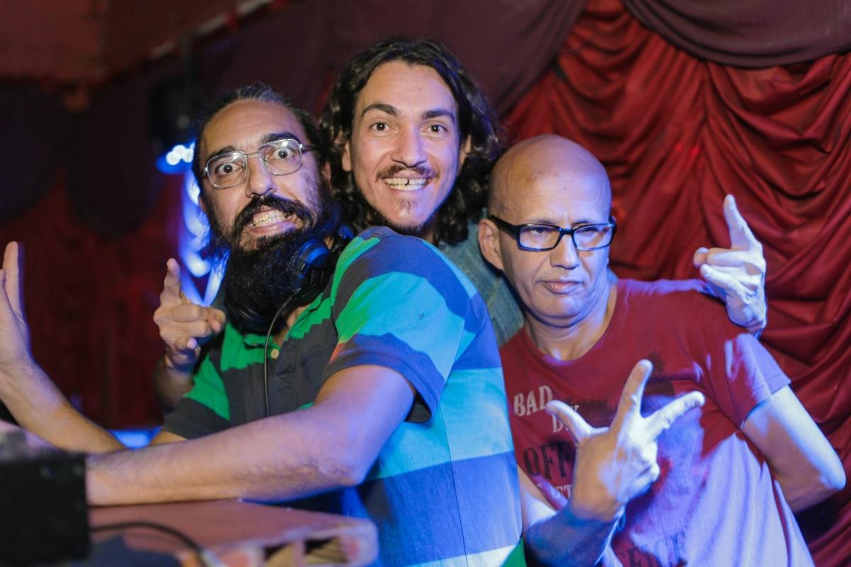 Os DJs que comandam o  Baile Brasa : Kafu S. (à dir.), Fausto Barbosa (ao centro) e Vagner Medeiros: elegância e malemolência (Fotos/Lucas Martins de Mello)