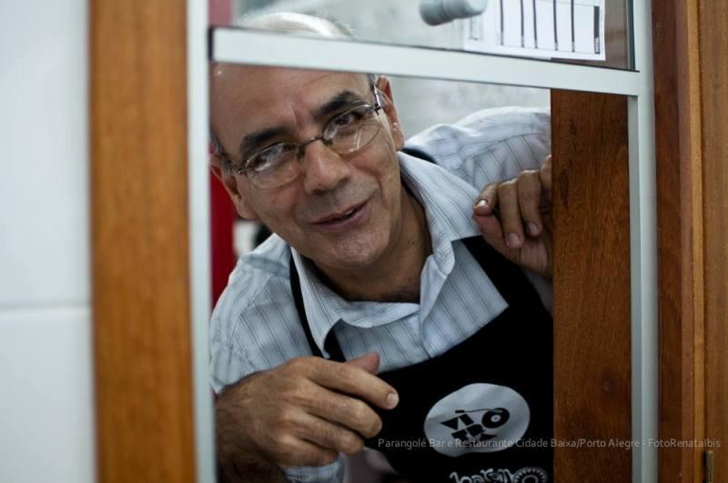 Seu Cláudio na rotina do atendimento aos clientes: cortesia e simplicidade (Foto/Renata Íbis)
