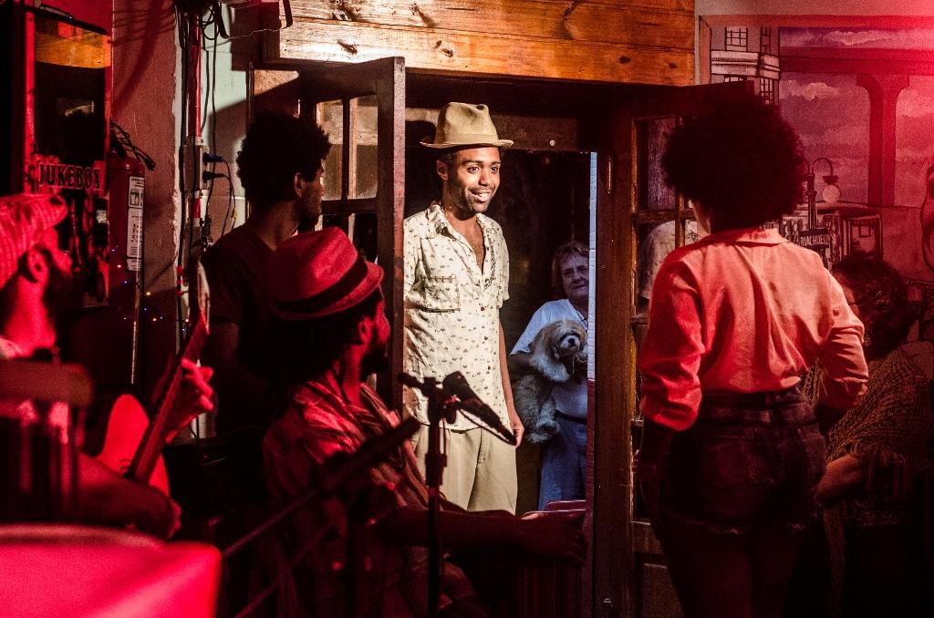 Cena de  AfroMe , do Grupo Pretagô, peça musical encenada no Boteco do Paulista (Foto André Olmos com o ator Bruno Cardoso em destaque)