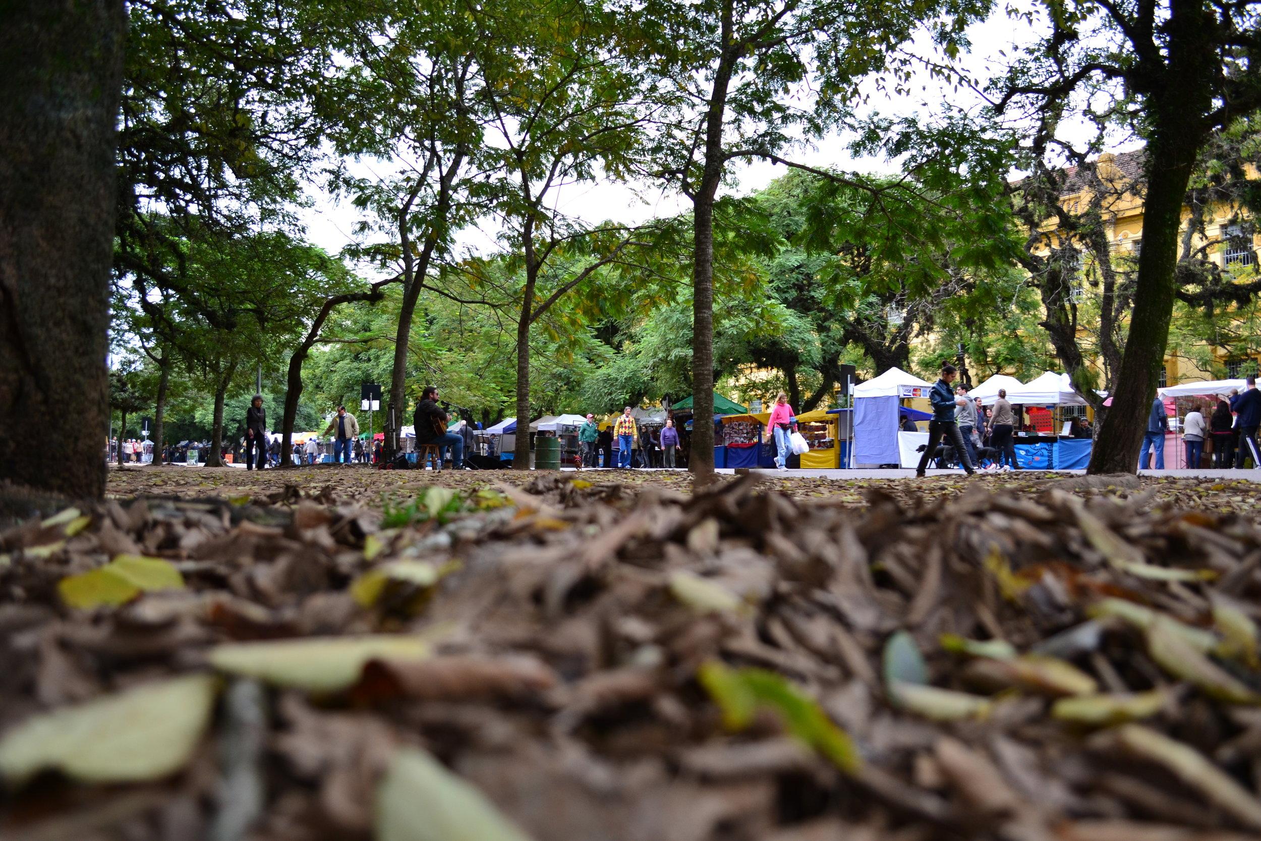 A feira criada em 1978 junto ao Parque da Redenção é ponto turístico, lugar de passeio e espaço de manifestações políticas e culturais (Fotos/Maria Inez Gelatti)