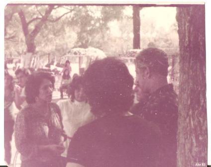 Berenice Medeiros (à esq.), fundadora da feira, convenceu Mano José (encostado na árvore), titular da SMIC, a reconhecer oficialmente o Brique