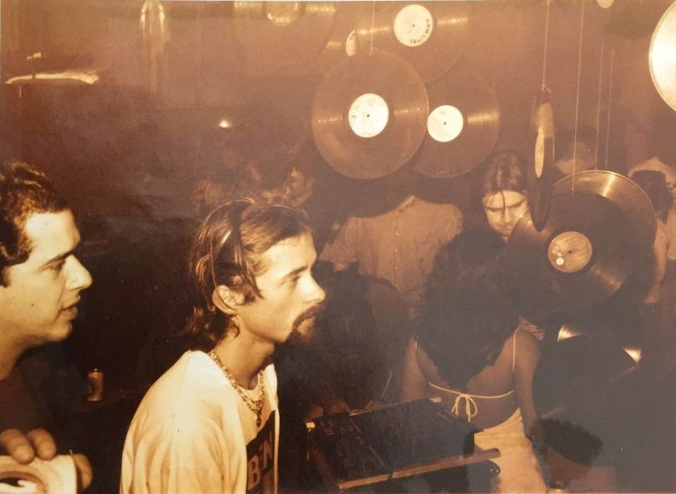 Fred Lima (ao centro), DJ residente do Pé Palito, casa noturna que dominou a cena boêmia da CB nos anos 2000 (Fotos/Acervo Pessoal de Fred Lima)