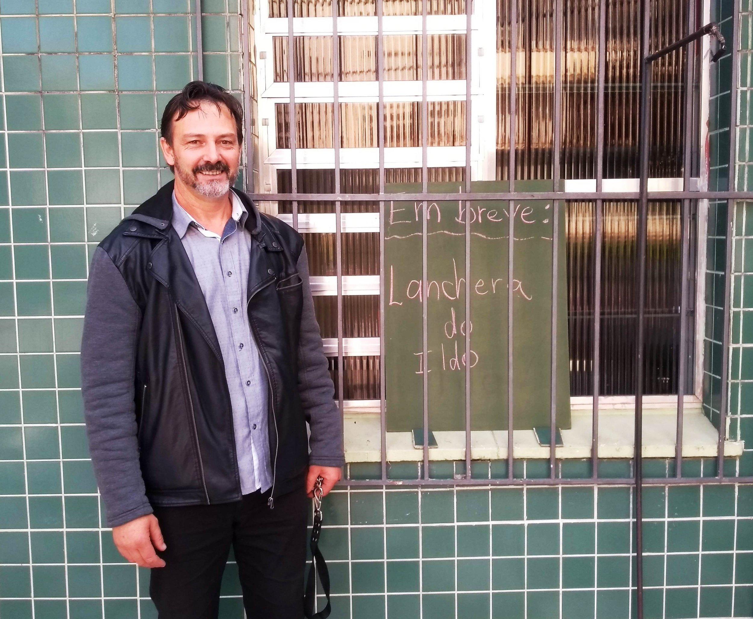 Ildo Berté em frente ao prédio que já anuncia a nova lancheria na Rua João Telles, esquina com Henrique Dias, com inauguração confirmada para domingo, dia 16/6 (Foto/Rua da Margem)