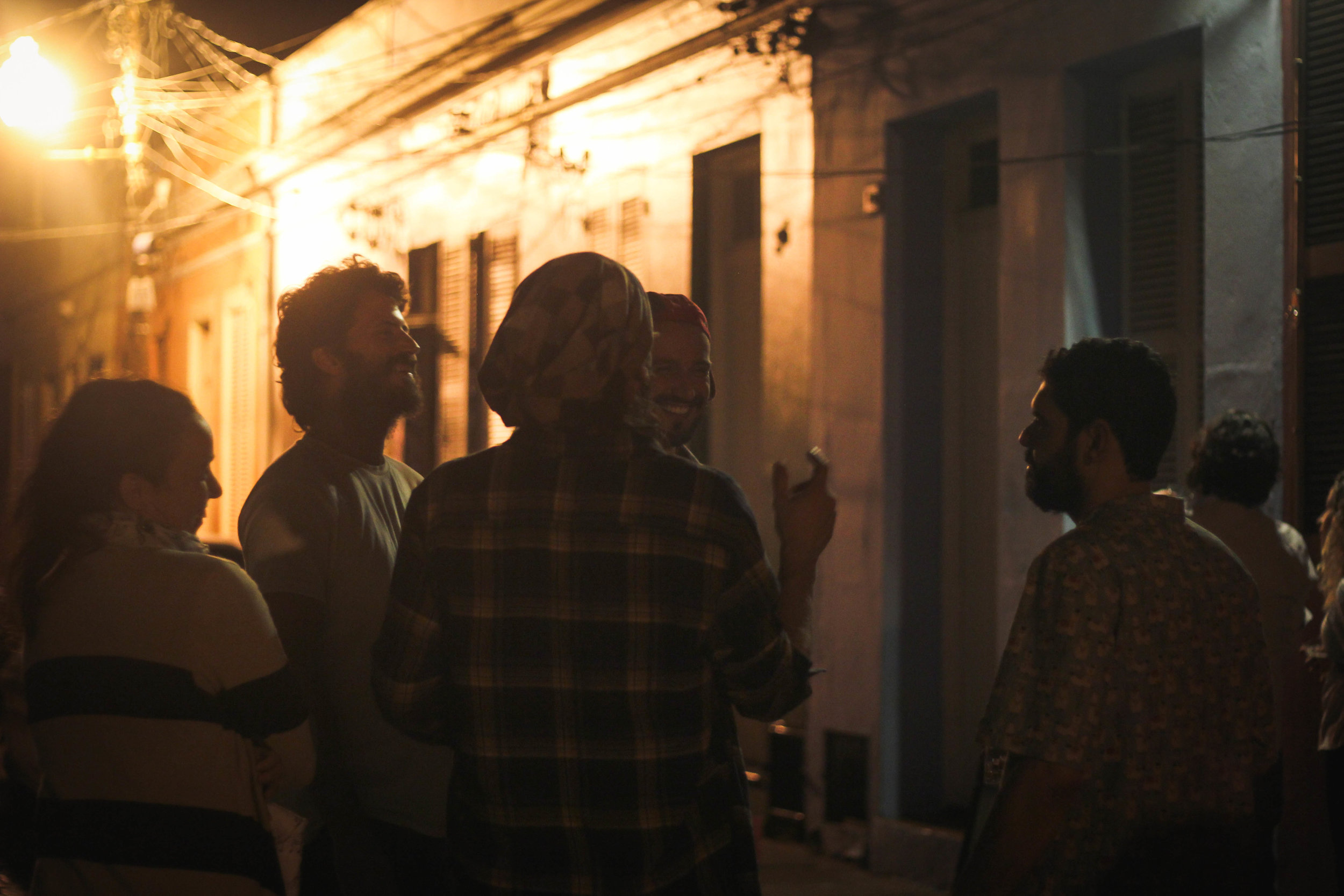 Movimento em frente ao bar Guernica, que ocupa uma das 17 casinhas tombadas como patrimônio histórico e cultural de Porto Alegre: comida artesanal e agenda musical de qualidade (Fotos/Divulgação)