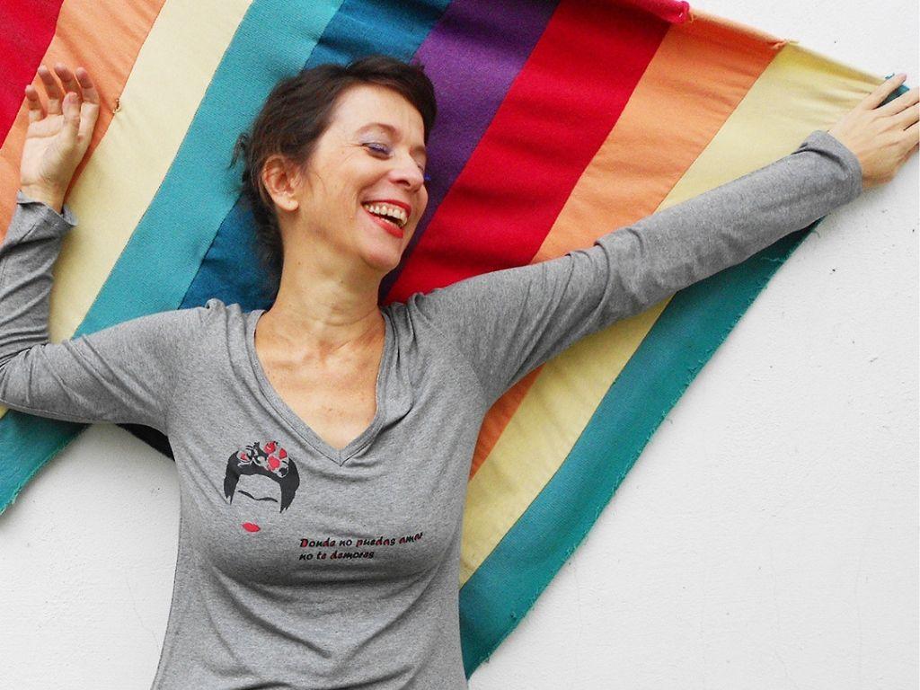 Em redes sociais e estampas de moda feminina, a Profana apoia causas como feminismo e diversidade sexual (Modelo: Luciane Panisson/Foto de Liana Haussen)