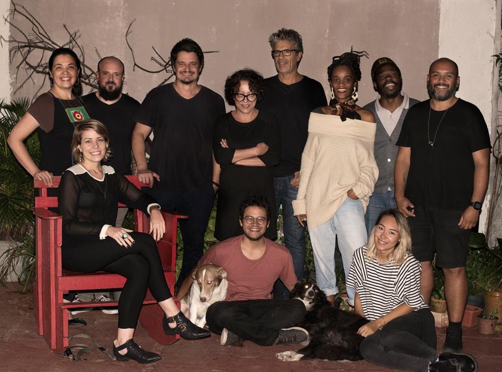 Régis Duarte (terceiro de pé, da esq. para a dir.) e os demais participantes do Barraco Cultural junto com Louco e Mosca, mascotes do espaço localizado na Rua Laurindo