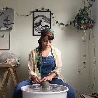 A ceramista Kazue Morita, mais nova residente do Barraco