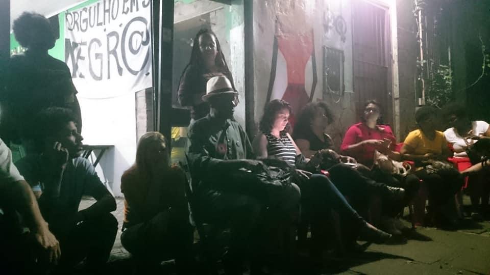 Reduto da militância: reunião de ativistas de movimentos sociais na calçada do Bar da Carla na Rua Lobo da Costa