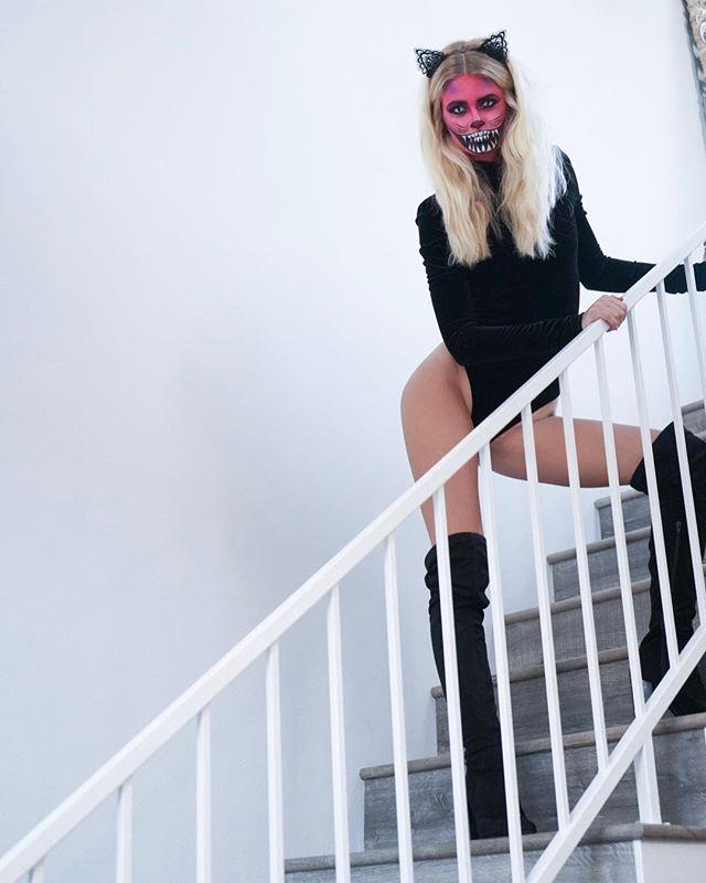 Happy Halloween 💀  Cheshire Kitty 🎀 @malpalzz_  Makeup @marissa_artistry  #chesirecatmakeup #halloweenmakeup #bennye #sparmaxairbrush #maccosmetics #urbandecay #twofacedcosmetics #ardelllashes #happyhalloween #cat