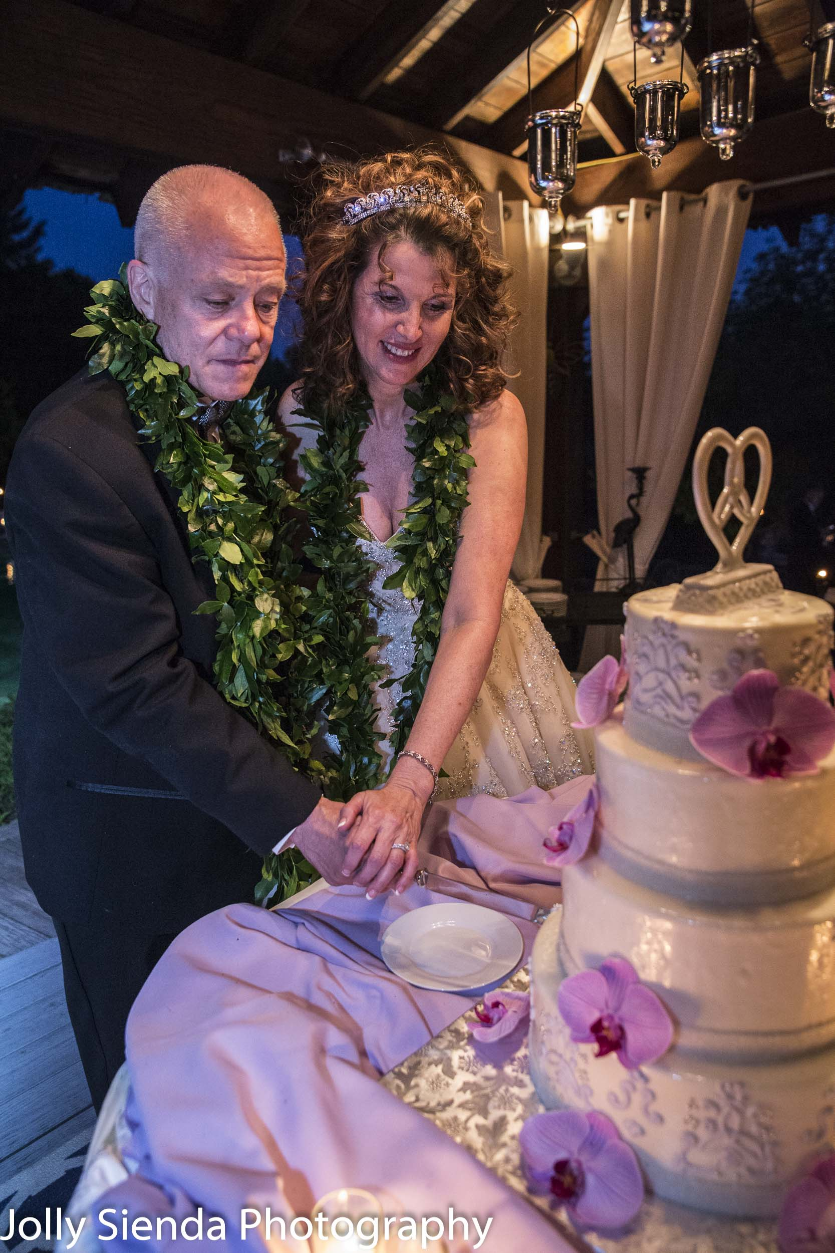 Cutting the cake at your Hawaiin wedding reception