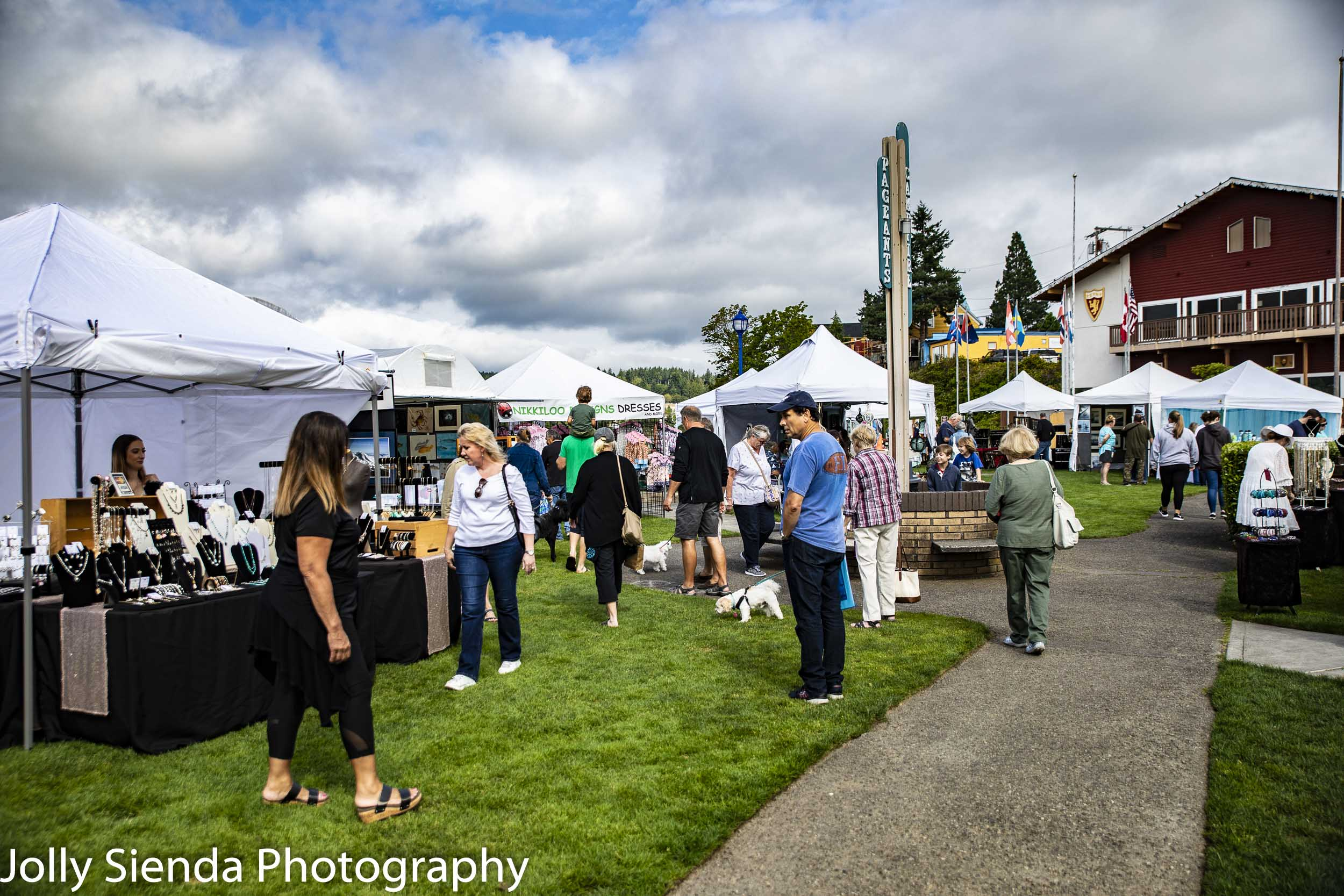 Summer festival fun, arts, crafts, food, and live musical entertainment at the Poulsbo Art Festival. Photo by Jolly Sienda Photography