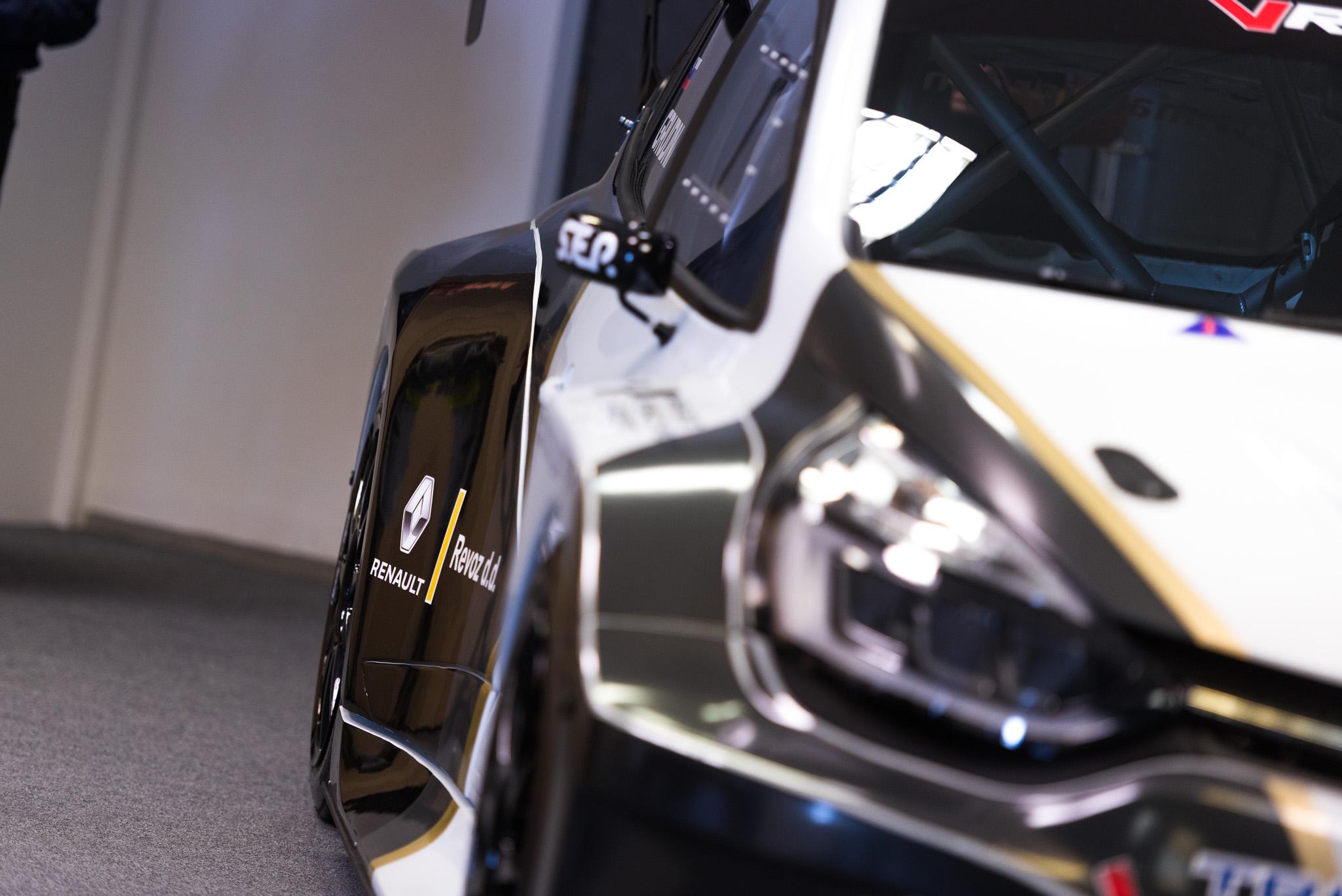 Predstavitev dirkalnika Clio E1