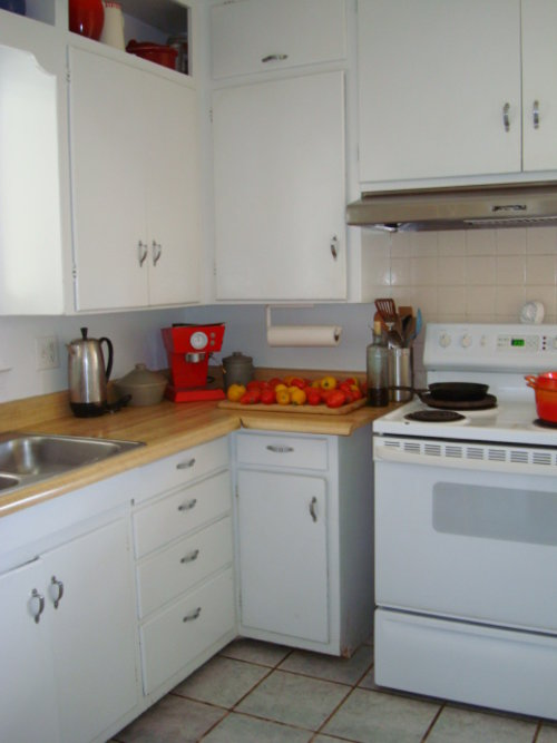 kitchen showing stove.JPG
