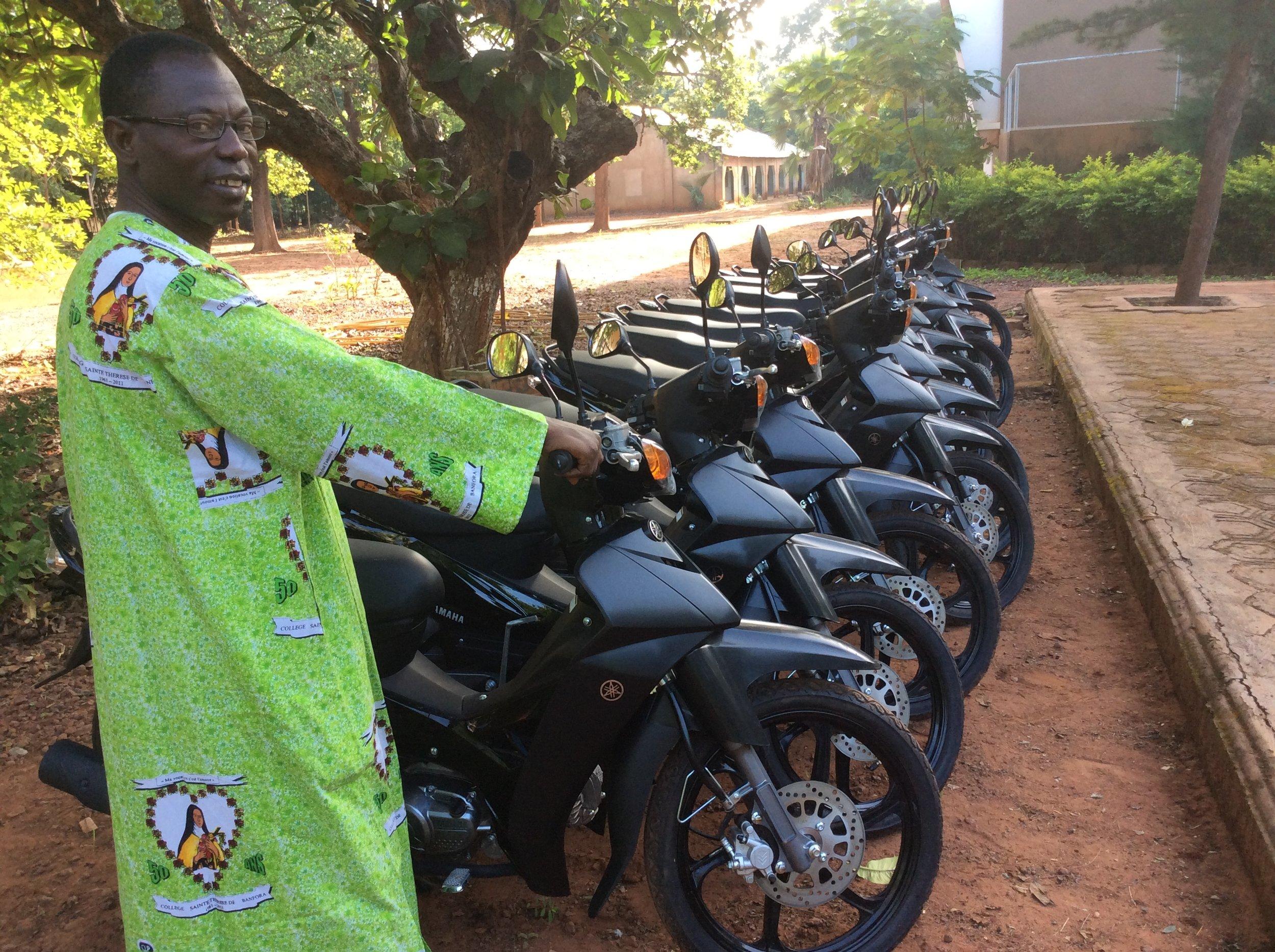 Le Recteur présentant les motos en attendant leur bénédiction
