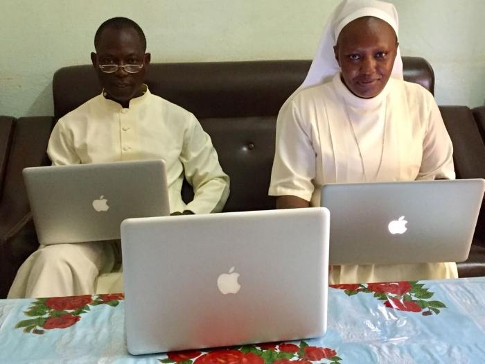 3 Ordinateurs MacBook Pro donnés par la famille Pluta