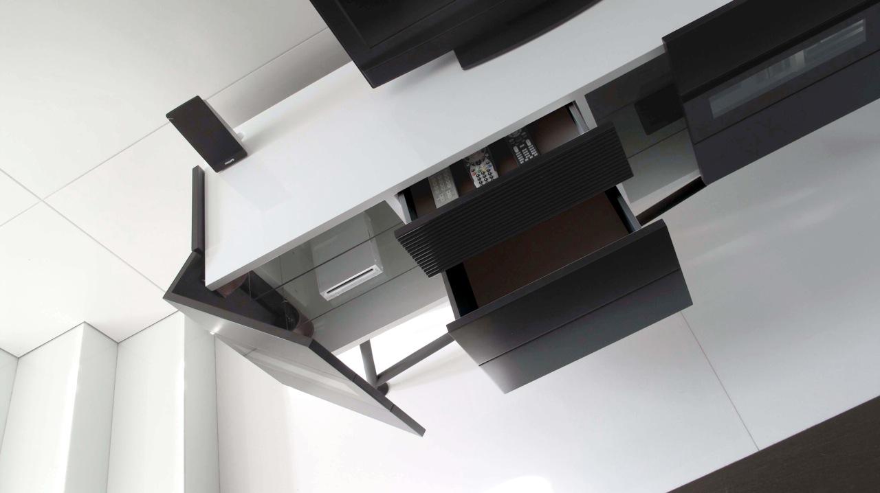 Caraterísticas - O mobiliário possui portas e gavetas de fecho suave, janelas de vidro para visualização de dispositivos digitais e controle de infravermelho, e uma variedade de tampos de mármore polidos.