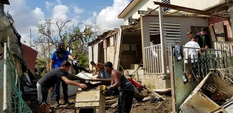Los compañeros de  Sol es Vida  reconstruyendo la Comunidad Villa Sol en Toa Baja