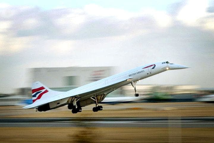Concorde's last flight from New York to London touches down at Heathrow Airportin 2003