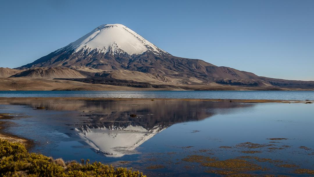 Foto 2 Una de las más tradicionales postales de la región, Volcán Parinacota reflejado en el Lago Chungará
