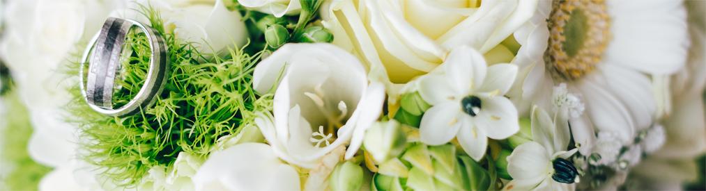 HOCHZEIT - Blumendekoration für den schönsten Tag im Leben!Brautstrauß, Anstecker, Autoschmuck, Wurfstrauß, Tischgestecke, Kirchenschmuck und noch vieles mehr bekommen Sie bei uns.