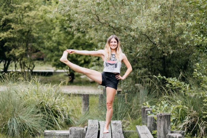 Larissa Hauser  ist ganzheitlicher Coach für Lebensfragen und innere Zufriedenheit, Yogalehrerin, Ayurveda – Expertin und Achtsamkeitstrainerin. Anfang 2017 hat sie Ayu happy? gegründet. Dort verbindet sie ihre Arbeit zu einem großen Ganzen. In ihrem Ayu happy? Podcast teilt sie ihr Wissen und Erfahrungen aus ihrem eigenen Leben. Ihr Anliegen ist es Coaching auf ganzheitliche Weise durchzuführen. Dabei wird nicht nur mental an einem Thema gearbeitet, sondern auch auf körperlicher und energetischer Ebene. Körper, Geist und Seele werden berücksichtigt und gleichermaßen eingebunden.