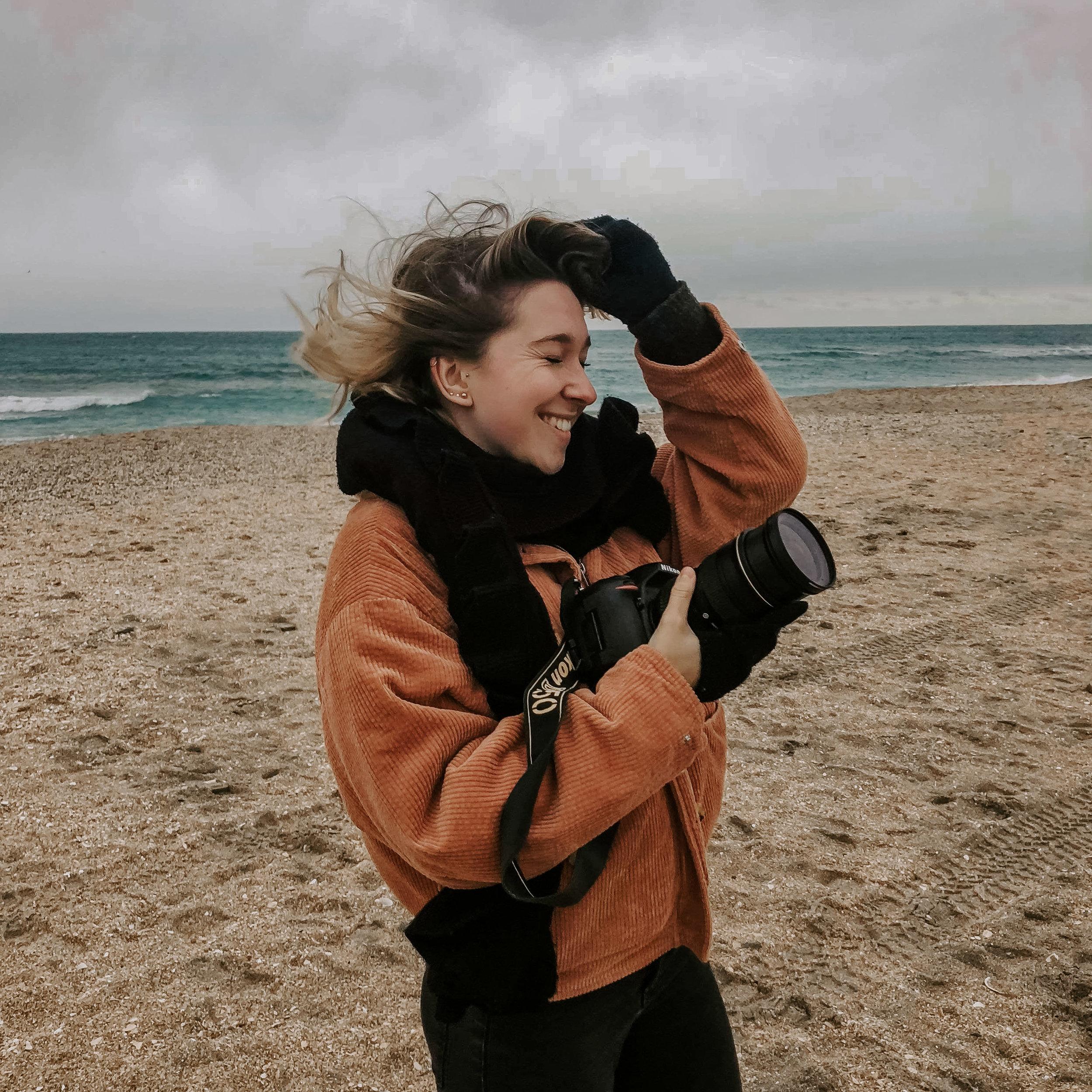 HEY ! - Moi c'est Lucile, photographe indépendante basée en Alsace. Ma passion pour la photographie est née quand on m'a offert mon premier appareil photo ça a été un vrai déclic pour moi. Il est devenu mon troisième oeil, une partie de moi que je ne peux plus lacher…