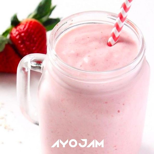 If you're still recovering from the Bank Holiday weekend, why not treat yourself to a summer protein smoothie? Blend up strawberries, almond milk, ice, a tablespoon of greek yoghurt and a scoop of vanilla protein powder. You can always add oats to make it more filling 👍 @wearelovage  @pinkberrylondon #ProteinSmoothieRecipe