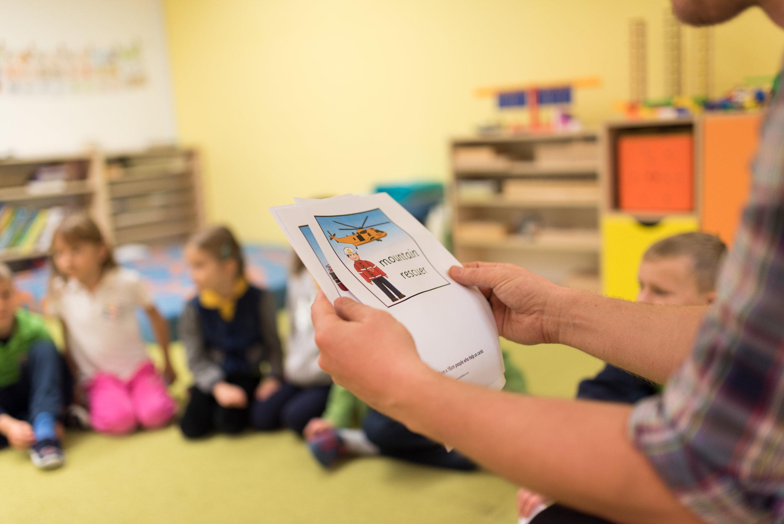 """Kvalifikovaný personál - V materskej škole pracujú pedagogickí pracovníci, ktorí sú školení, aby sa stali sprievodcami detí v duchu hesla: """"Pomôž mi, aby som to dokázal sám."""" Úzko spolupracujeme s logopédom, psychológom a špeciálnym pedagógom."""