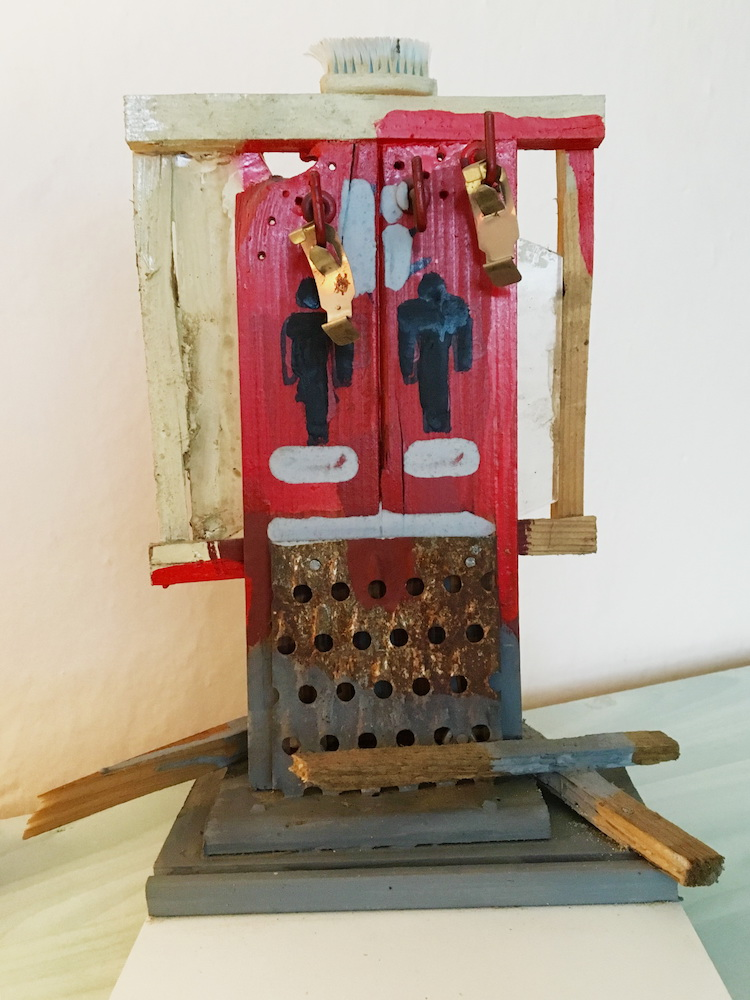 2000, Lejdýs & Džentlmens, maľované drevo, kov, plast, sklo, 25x19,5x16 cm