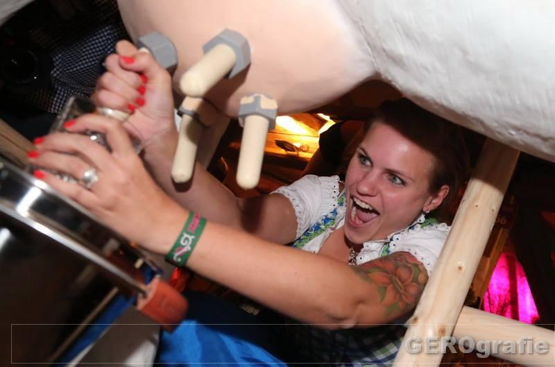 Wettmelken – Der Partyspaß ist beim Kuhmelken mit Melkkuh Hildegard garantiert
