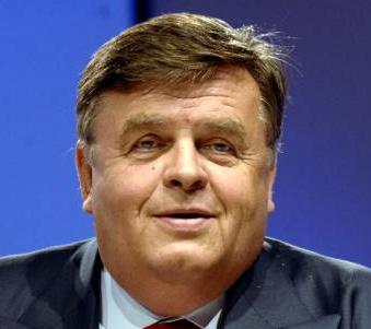 HELMUT THOMA - HELMUT THOMA ist der Gründer und langjährige CEO von RTL, der die RTL Group von einem Garagen-Start-up zu Europas größtem und profitabelsten TV-Konzern machte. Er ist Mitglied zahlreicher Aufsichtsräte großer Unternehmen, darunter Aufsichtsratsvorsitzender der Freenet AG, eines börsennotierten Milliardenkonzerns im Telekommunikationsbereich. Helmut Thoma war jahrelang Medienberater von Wolfgang Clement, Deutschlands Wirtschaftsminister, und erhielt zahlreiche internationale Auszeichnungen, darunter den Emmy Award, die Goldene Kamera, Bambi, den Deutschen Medienpreis, die Goldene Nymphe des Monte Carlo Television Festivals, und den Officier de l'ordre Mérite.