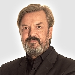 """BERND KOLB - BERND KOLB gehört zu Deutschlands Internetpionieren, er war Innovationsvorstand der Deutschen Telekom (228,000 Mitarbeiter, Jahresumsatz 62,7 Milliarden Euro). Davor gründete Bernd Kolb die Werbeagentur I-D Media, die Deutschlands erste E-Commerce-Plattform entwickelte und die er an die Börse brachte. Er wurde 1998 als """"German Entrepreneur of the Year"""" ausgezeichnet. Nach Jahren in der Industrie änderte er sein Leben radikal: Kolb kaufte einen 400 Jahre alten Riad in Marrakesch, Marokko, baute ihn zu einem Platz der Inspiration und zu einem Boutique-Hotel namens AnaYela um und erhielt dafür dreimal den World Hotel Award. Bernd Kolb gründete den Club of Marrakesh mit globalen Meinungsbildnern und Pionieren mit dem Ziel, Lösungsmöglichkeiten für die drängendsten Probleme unserer Zeit zu finden."""