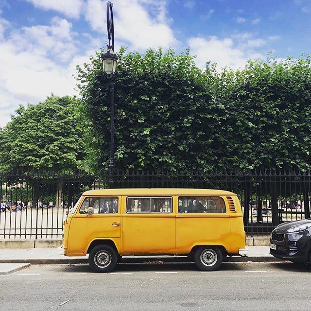 #backtotheclassics #belated #sideviewsaturday #vwcamper #carspotting #prettycitycars #orange #putsomecolourinyourlife #flâneur #streetsofparis #strollingaround #placedesvosges #paris