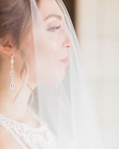 Are we team veil or no veil?  I mean I do love a good blusher veil moment 💕  Photography: @life.bylexphoto  Veil: @jessicasonmain  Make up: @mirandahummelmua  #brideveil #veilgoals #itskeeevents #bridetobe #weddingday