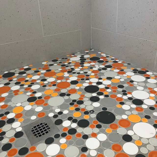 Multi colored @clayhaus circles in a fun mid century house in Palm Springs #quinnhome #clayhaustile #palmspringsstyle #palmspringsinteriors #palmspringsinteriordesign #polkadots #tilelove #tiletuesday #interiordesign #interiordesigner #bathroomdesign #tileshower