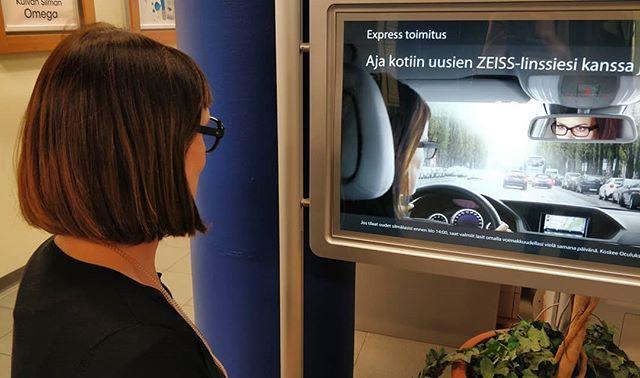 Kuin kaksi marjaa 🤭 Eletäänkö ja hengitetäänkö ZEISS -huippulinssejä jo niin innokkaasti, että alkaa näyttämäänkin samalta kuin mainosmallit 😄 Mirva look-a-like Zeiss 🧐 Hauskaa viikonloppua! • • • @zeissvisioncare_suomi #zeisssilmälasilinssit #hiovatoptikot #oculusoptiikka #lookalike #kuinkaksimarjaa