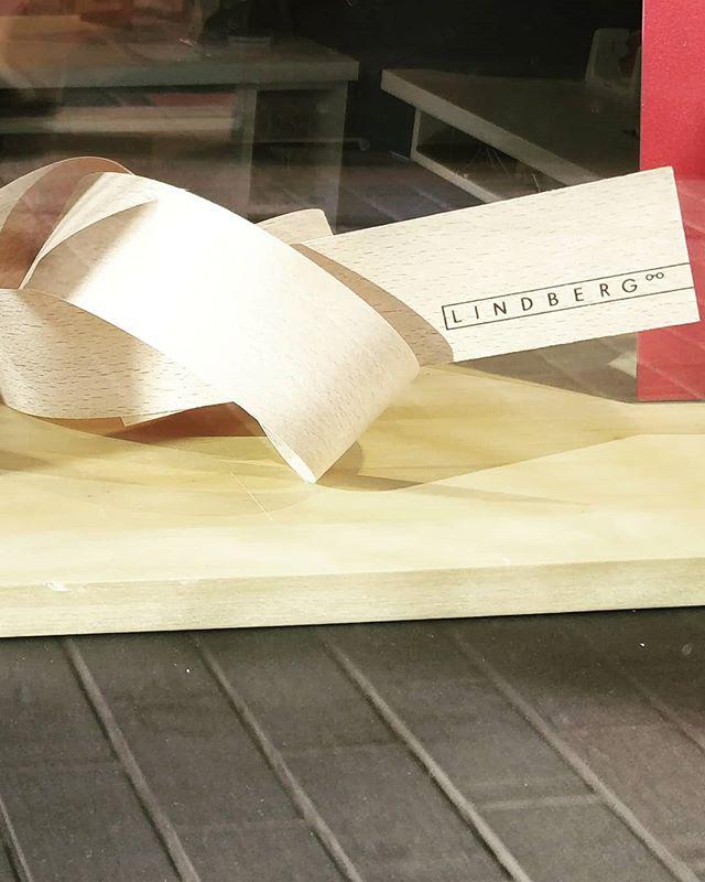 "@lindbergeyewear ikkunasomistus ihan ""solmussa"" 🧡❤️💚 • • • #lindbergeyewear #lindberg #lindbergrim #oculusoptiikka #oculustampere #hiovatoptikot #ikkunasomistus"