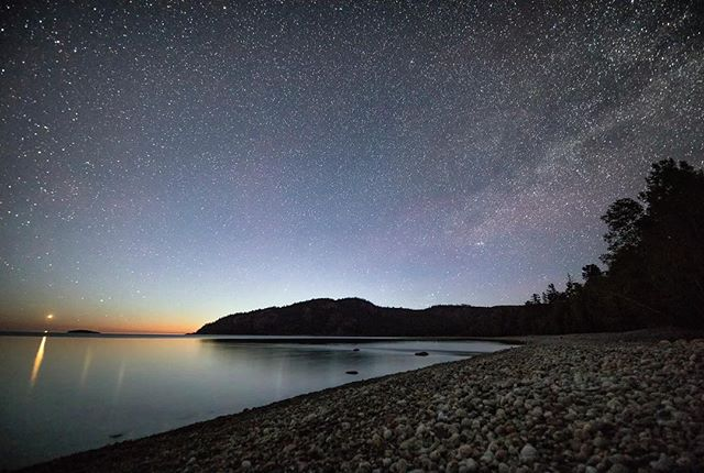 I found this amazing free campsite next to Lake Superior in Ontario using freecampsites.com. Can you get a better view than that. 📸@alexchoquette_photography **********. . . . . . . . .  #horizon_lussier #roadtripultramar #camperlifestyle #astrophotography #astrophotography_ #freecampsites #homeiswhereyouparkit  #campingcanada #campinglife #campinghacks #campingtrip #mecpleinair  #pleinair #pleinairmag  #onserejointdehors #exploreoutdoors #quebecoisenvoyage #nomademag #aventuriersdunord #quebec_travelers #ontario #ontario_adventures #starchaser #milkywaychasers