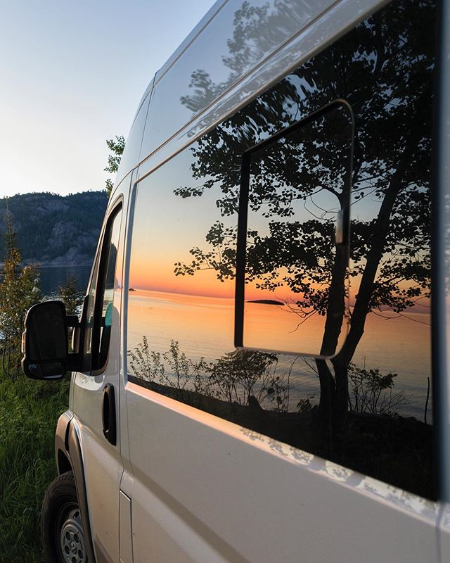 I found a new way to show the sunset! This in my Hymer Carado at Lake Superior #horizon_lussier 📸@alexchoquette_photography . . . . . . . . .  #vanlifequebec #vanlifecanada #gorvingcanada #gorving #vanlifediaries #camperlifestyle #campervan #vanlifemagazine #vanlifemovement #vanlifeexplorers #thisisvanlife #projectvanlife #rvlife #rvlifestyle #campingcar #campingvan  #motorhomelife #govan #govanmoments  #quebecoisenvoyage #nomademag #aventuriersdunord #quebec_travelers #hymer #hymeraktiv #carado #sunsetsniper #sunset