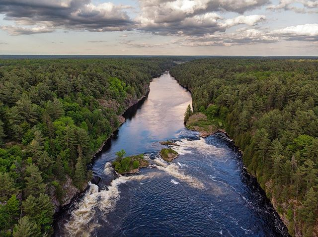 I was at Recollet falls in French River Provincial Park, waiting for sunset with my Camera on a tripod and decided to see what I could find with the drone. #frenchriverprovincialpark #ontarioparks 📸@alexchoquette_photography . . . . . . . .  #horizon_lussier #roadtripultramar #droneperspective #dronephotography #gorvingcanada #dronephoto #campingcanada #sunrise_and_sunsets #dronestagram #pleinair #pleinairmag #djimavicair #exploreoutdoors #quebecoisenvoyage #sunsetsniper #aventuriersdunord #quebec_travelers  #ontario_adventures #ontario_ca #sunsettime #discoverontario @explorefrenchriver @ontarioparks #comewander #frenchriver #riverrafting