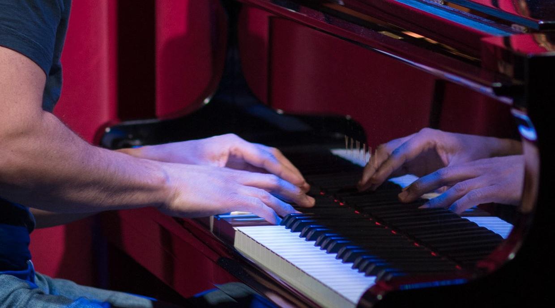 pablo samuel castro - pianiste, compositeur, informaticien et athlète, né en Équateur. il a cofondé jai guru (1998-2003), groupe rock-funk actif sur la scène montréalaise, et a confondé ecos de portoalegre (2004-2010), un groupe de jazz latino-américain engagé. il a sorti des albums complets avec chacun de ces groupes et a composé la plupart des chansons. il a obtenu son doctorat en informatique (spécialité en intelligence artificielle) à mcgill en 2012. il passe ses journées comme chercheur en intelligence artificiel à google, ses après-midi à jouer avec ses enfants et ses soirées à jouer du piano et à composer. en plus de jouer avec le psc trio, il effectue régulièrement ses compositions et arrangements comme pianiste solo autour d'ottawa. suis-le sur twitter.