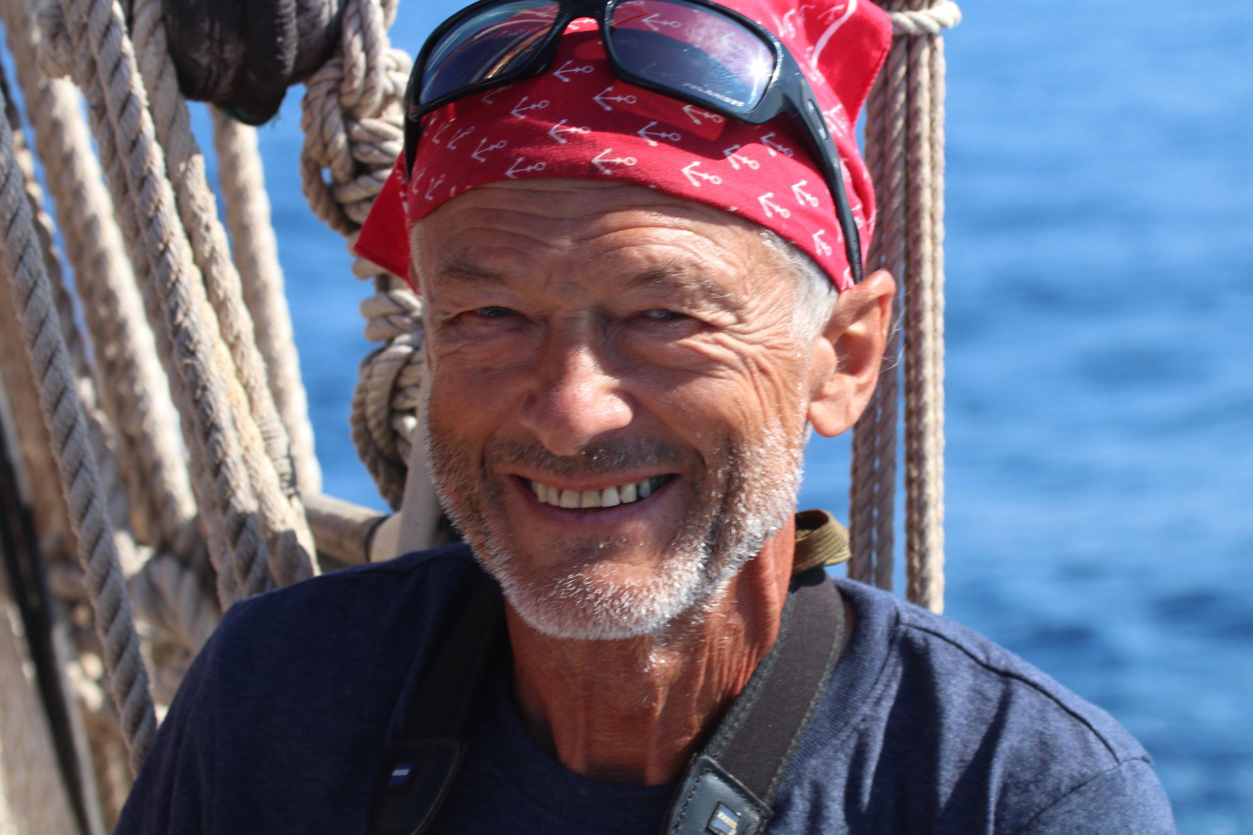 Beat von Niederhaeusern - Contramaestre del ToftevaagBeat tiene un variado conjunto de habilidades y competencias, encargándose de diferentes tareas de mantenimiento a bordo del Toftevaag. Comenzó su carrera como agricultor e ingeniero agrónomo en Suiza y luego trabajó en ingeniería informática. Como miembro de OceanCare, tiene un gran interés en el océano y la vida en el océano, así como en cualquier actividad relacionada con la conservación y el océano.