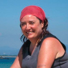 Pilar Zorzo - Bióloga marina y Coordinadora de Proyectos.Pilar gestiona y coordina los proyectos en Kai Marine Services, estudiando el impacto que tienen las actividades humanas en los ecosistemas marinos y ayudando a regular las actividades que se realizan en entornos protegidos.