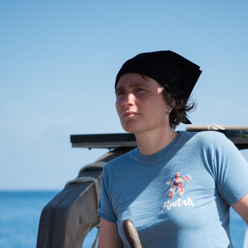 Anna Suter - Fotografía y LogísticaCuando era niña, Anna quería ser bióloga marina y estudiar ballenas. Pero, al crecer en Suiza, estaba demasiado distante del mar y su mente inquieta se olvidó de sus sueños de infancia. Estudió derecho en Zúrich y luego se convirtió en editora de fotografías en una agencia de fotografía suiza. En 2017, decidió finalmente seguir a las ballenas y se unió a Alnitak como voluntaria. Desde entonces, se ha convertido en un miembro fundamental de la tripulación de verano de Alnitak. Una de sus diversas funciones a bordo es documentar el trabajo y la vida en el Toftevaag. Está contenta de ver muchas de sus fotografías en la página web de Alnitak y en nuestras redes sociales.